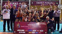 Volejbalistky UP Olomouc se radují ze zisku poháru.
