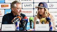 Lyžařský trenér Tomáš Bank a Ester Ledecká během tiskové konference před sezonou.