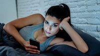 Pozdní aktivita na sociálních sítích může negativně ovlivňovat naše výkony.