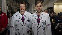 Chomutovští hokejisté David Kämpf (vlevo) a Jan Rutta představili speciální dresy, ve kterých Piráti nastoupí v neděli proti Vítkovicím.
