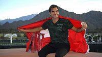Roger Federer s trofejí a švýcarskou vlajkou po výhře v Indian Wells.