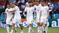 Česká euforie! Tomáš Holeš slaví se spoluhráči gól do sítě Nizozemska v osmifinále EURO.