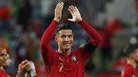 Portugalský hrdina Cristiano Ronaldo se raduje z výhry nad Irskem, kterou dvěma góly zařídil.