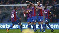 Fotbalisté Crystal Palace se radují z branky proti Liverpoolu.