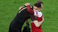 Brankář Arsenalu Petr Čech se objímá se spoluhráčem Lucasem Torreirou po porážce ve finále Evropské ligy.