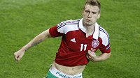 Dánský útočník Nicklas Bendtner se raduje z branky do sítě Portugalska.