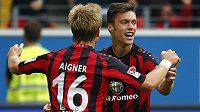 Václav Kadlec a jeho spoluhráč z Frankfurtu Stefan Aigner (16) se radují z vyrovnávací branky českého hráče v duelu s Dortmundem.