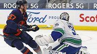 Hvězdu Edmontonu a celé NHL Connora McDavida zkouší zastavit gólman Vancouveru Thatcher Demko.