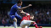 Nemanja Matič z Chelsea (vlevo) atakuje záložníka Arsenalu Tomáše Rosického.
