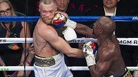Bitvu v ringu McGregor (vlevo) s Mayweatherem prohrál. Finanční odměna mu byla ale slušným odškodým.