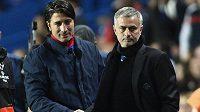 Manažer Chelsea José Mourinho (vpravo) a jeho protějšek Murat Yakin z Basileje.