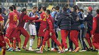 Konflikt mezi fotbalisty Černé Hory (v červeném) a Ruska.