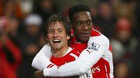 Tomáš Rosický (vlevo) návrat do základní sestavy Arsenalu oslavil v utkání s QPR vstřeleným gólem, jásá s Dannym Welbeckem.