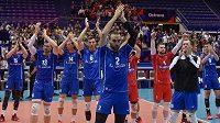 Čeští hráči děkují fanouškům po skončení zápasu. V popředí je Jan Hadrava.