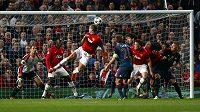 Nemanja Vidič (uprostřed) z Manchesteru United dává gól Bayernu Mnichov ve čtvrtfinále Ligy mistrů.