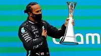 Lewis Hamilton s trofejí pro vítěze Velké ceny Maďarska.