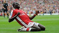 Emmanuel Eboué nesmí rok hrát fotbal.