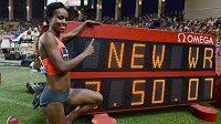 Genzebe Dibabaová z Etiopie jásá v Monaku po vytvoření nového světového rekordu na 1500 m - 3:50,07.