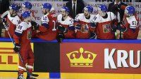 David Pastrňák přijímá gratulace českých spoluhráčů ke gólu proti Rusku.