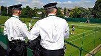 Příprava v tenisovém areálu ve Wimbledonu pod policejním dozorem.