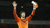 Petr Čech zdraví fanoušky Arsenalui po výhře 2:0 nad Bournemouthem.