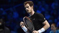 Brit Andy Murray během zápasu se Španělem Davidem Ferrerem v Londýne.