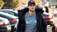 Obránce Tomáš Kundrátek přichází na sraz hokejové reprezentace.