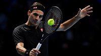 Švýcar Roger Federer v utkání s Matteem Berrettini m na Turnaji mistrů.