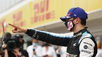 Překvapivý vítěz Velké ceny Maďarska Esteban Ocon slaví.