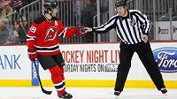 Jaromír Jágr z New Jersey Devils si předává puk s rozhodčím Mattem MacPhersonem po úvodním gólu proti Nashvillu, kterým Jágr zaokrouhlil svůj bodový zisk v NHL na číslo 1700.