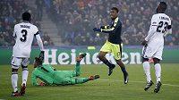 Alex Iwobi z Arsenalu jásá, obrana Basileje i s brankářem Tomášem Vaclíkem právě kapitulovala počtvrté.