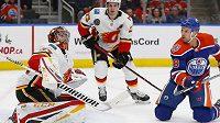 Brankář Calgary Flames David Rittich (33) v akci během utkání NHL s Edmontonem.