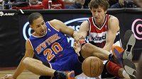 Český basketbalista Jan Veselý (vpravo) z Washingtonu bojuje o míč s Mychelem Thompsonem v přípravném utkání s New York Knicks