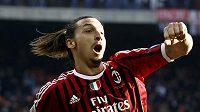 Útočník AC Milán Zlatan Ibrahimovič se raduje z branky.