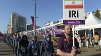 Iránští sportovci přicházejí na tradiční vyvěšování vlajek v olympijské vesnici.