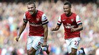Lukas Podolski z Arsenalu slaví se spoluhráčem Coquelinem gól proti Southamptonu.