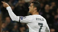 Hvězda Realu Madrid Cristiano Ronaldo se raduje z gólu proti Wolfsburgu.