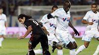 Souleymane Diawara (druhý zprava) z Marseille a Radamel Falcao z Monaka.