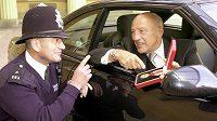V 90 letech zemřel legendární pilot formule 1 Brit Stirling Moss. Na snímku Mosse varuje policista před vysokou rychlostí jízdy poblíž Buckinghamského paláce