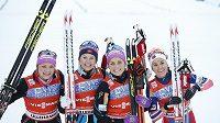 Norské vítězky štafety v Lilehammeru, zleva Maiken Caspersen Fallaová, Ingvild Flugstad Ostbergová, Therese Johaugová a Heidi Wengová.