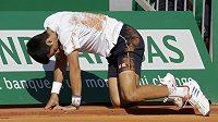 Srb Novak Djokovič na kolenou, běhm porážky v Monte Carlu.