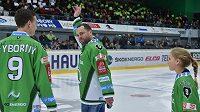 Pětinásobný mistr světa David Výborný (uprostřed) se před zápasem Mladé Boleslavi se Spartou rozloučil se svou bohatou hráčskou kariérou.