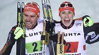 Němečtí sdruženáři Johannes Rydzek (vlevo) a Eric Frenzel slví titul ve sprintu dvojic.