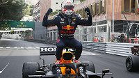 Max Verstappen oslavuje vítězství ve Velké ceně Monaka.