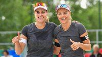 Zleva Barbora Hermannová a Markéta Sluková pózují po vítězství na turnaji v Litoměřicích.