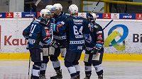 Hráči Plzně se radují z gólu proti Litvínovu.