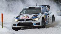 Sníh na Švédské rallye zatím nejvíce vyhovuje Francouzi Sébastienu Ogierovi na Volkswagenu.