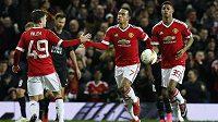 Fotbalista Manchesteru United Memphis Depay (uprostřed) slaví gól proti FC Midtjylland v odvetě play off Evropské ligy.