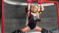Bývalá mistryně světa ve fitness a televizní hokejová expertka Ruska Julia Ušaková ráda provokuje fanoušky odvážnými fotkami.