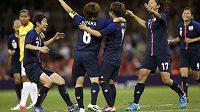 Fotbalistky Japonska oslavují druhý gól v síti Brazílie. Japonky zvítězily 2:0 a postoupily do semifinále olympijského turnaje.